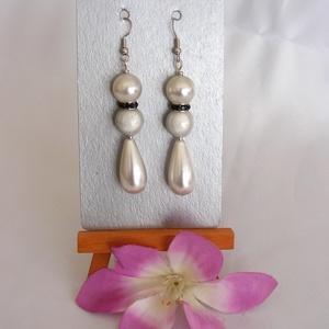 Ezüst-fehér színű fülbevaló, Ékszer, Fülbevaló, Lógó fülbevaló, Az ezüst és fehér színű három részes gömbös fülbevalót, két különböző méretű - formájú és színű gyön..., Meska