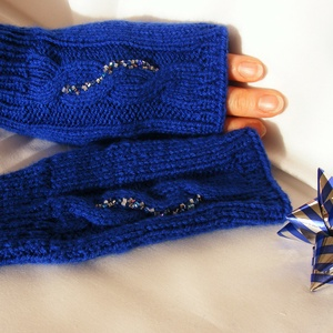 Kék gyöngyös kesztyű/kézmelegítő, Ruha & Divat, Sál, Sapka, Kendő, Kesztyű, Kötés, Gyöngyfűzés, gyöngyhímzés, Fogadjátok szeretettel kézi kötésű, egyedi, kék színű, csavart mintás, apró gyöngyökkel díszített ké..., Meska