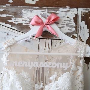 Vállfa Menyasszonyoknak, Esküvő, Esküvői dekoráció, Menyasszonyi ruha, Mindenmás, Egyedi, kézzel készült fa vállfa cérna csipke díszítéssel, szatén szalagból kötött masnival. A menya..., Meska