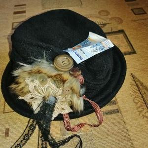Egyedi shabby kalap, Ruha & Divat, Sál, Sapka, Kendő, Kalap, Varrás, Készen vásárolt kalapot tettem egyedivé némi csipkével, műszőrmével és gombokkal\nA kalap pereme mere..., Meska