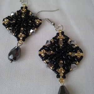 Éjjeli csillogás - fekete arany elegáns gyöngy fülbevaló, Ékszer, Fülbevaló, Ékszerkészítés, Gyöngyfűzés, gyöngyhímzés, Minőségi gyöngyből készült elegáns, alkalmi viseletnek is. Fekete -arany színben, mérete 4,5 cm akas..., Meska