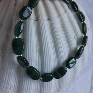 Fűben - zöld kalcit karkötő, Ékszer, Karkötő, Ékszerkészítés, Természetes 1 cm-es zöld kalcit ásványból készült karkötő gumis damilon., Meska