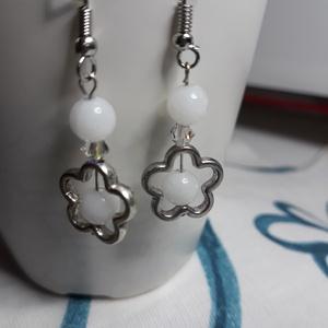 Fehér virág - fehér korall fülbevaló, Ékszer, Fülbevaló, Ékszerkészítés, Játékos , virágos fülbevaló 6 mm-es fehér korall gyöngyökből. Igazi nyári viselet bármilyen alkalomr..., Meska