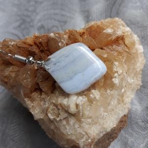 Áttetsző - kalcedon fülbevaló, Ékszer, Fülbevaló, Ékszerkészítés, Gyönyörű, természetes kalcedon ásványból készítettem ezt a csinos fülbevalót. A kövek kb. 2x2 cm-ese..., Meska