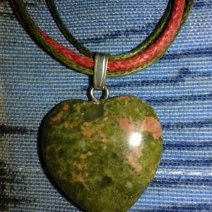 Tavaszi szerelem - Unakit ásvány nyaklánc, Medálos nyaklánc, Nyaklánc, Ékszer, Ékszerkészítés, Szív alakú, 2x2 cm -es , természetes unakit medál hozzá illő színes ékszer zsinóron. Szál 45 cm hoss..., Meska