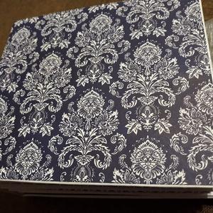 Kék Porcelán - scrapbook album, Művészet, Más művészeti ág, Papírművészet, Egyedi, sötét kék, mintás  scrapbook papírból készült fotó album. Mérete 15 x 15 cm, min 40 db 9x13 ..., Meska
