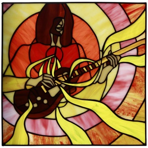 Gitárszóló tiffany üveg kép 35x35 cm, Művészet, Más művészeti ág, Üvegművészet, Modern alkotás vibráló színekkel a zene szerelmeseinek. A körös kompozíció a gitáros szívére helyezi..., Meska