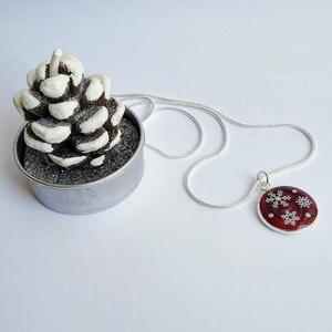 Karácsonyi hópelyhes nyaklánc (bordó), Ékszer, Nyaklánc, Medálos nyaklánc, Ékszerkészítés, Műgyantából készített hópelyhes nyaklánc 1mm-es ezüst színű kígyó láncon. Egy ékszer, mely igazi tél..., Meska