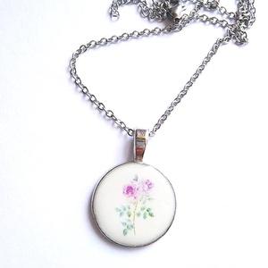 Rózsa mintás műgyanta nyaklánc, Ékszer, Nyaklánc, Medálos nyaklánc, Ékszerkészítés, Műgyantából készült nyaklánc rózsa mintával, ezüst színű láncon.\nMedál mérete: 2,3 cm\nLánc hossza: 4..., Meska
