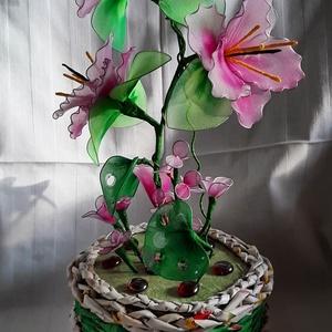 Fodros szélű liliom papír fonással készült kaspóban, Otthon & Lakás, Dekoráció, Csokor & Virágdísz, Újrahasznosított alapanyagból készült termékek, Mindenmás, Hosszas gondolkodás, tervezés után alakult ki a fodros széllel a liliom. bízom benne,hogy leendő gaz..., Meska