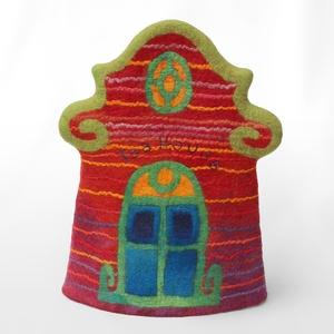 Teáskannamelegítő ház, Képzőművészet, Otthon & lakás, Textil, Karácsony, Karácsonyi dekoráció, Lakberendezés, Asztaldísz, Nemezelés, Hímzés, Cseh házakat idéző teáskannamelegítő.\n\nMérete:39 X 44 cm (lelapítva)\n\nA nemez rendkívüli hőszigetelő..., Meska