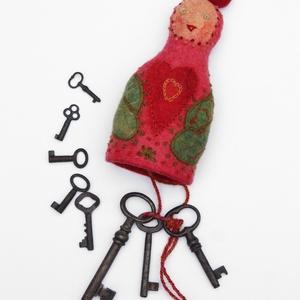 """Rendelhető, Kulcsanyó rózsaszínben. Nemezelt, hímzett kulcstartó, Táska & Tok, Kulcstartó & Táskadísz, Hímzés, Nemezelés, Egy igazi \""""lelkes\"""" tárgy, ami mindenhol veled lehet. Kedves egyedi színfolt a mindennapokban. Ha ajá..., Meska"""
