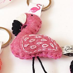Flamingó kulcstartó, Egyéb, Kulcstartó, táskadísz, Táska, Divat & Szépség, Hímzés, Varrás, Gyapjúfilc anyagból készült általában 8-9 cm nagyságú kulcstartó, kézzel varrva, hímzéssel  díszítve..., Meska