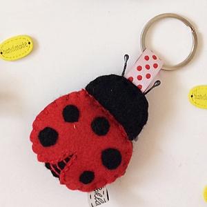 Katica kulcstartó, Táska & Tok, Kulcstartó & Táskadísz, Kulcstartó, , Gyapjúfilc anyagból készült általában 5-7 cm nagyságú kulcstartó, kézzel varrva, hímzéssel  díszítve..., Meska