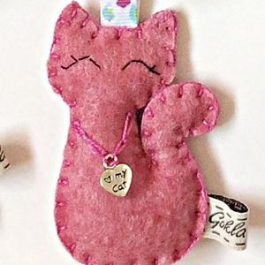 Macska  kulcstartó, Kulcstartó, Kulcstartó & Táskadísz, Táska & Tok, Hímzés, Varrás, Gyapjúfilc anyagból készült általában 7-9 cm nagyságú kulcstartó, kézzel varrva, hímzéssel  díszítve..., Meska