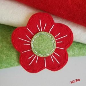 Virág kokárda, Egyéb, Ékszer, Kitűző, bross, Varrás, Divatos virág alakú kokárda.\nPréselt fakartonra rögzített ,virág alakú gyapjúfilc, kézzel varrva hím..., Meska