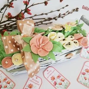"""Virág kaspó gyapjúfilc virágokkal, Otthon & lakás, Dekoráció, Csokor, Dísz, Ünnepi dekoráció, Anyák napja, Varrás, Fonott virágkaspóba (23*6*6cm) \""""ültetett\"""" gyapjúfilc virágok,levelek. Díszítésként használtam még se..., Meska"""