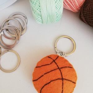 Kosárlabda kulcstartó, Egyéb, Táska, Divat & Szépség, Kulcstartó, táskadísz, Hímzés, Varrás, Gyapjúfilc anyagból készült általában 5-7 cm nagyságú kulcstartó, kézzel varrva, hímzéssel  díszítve..., Meska