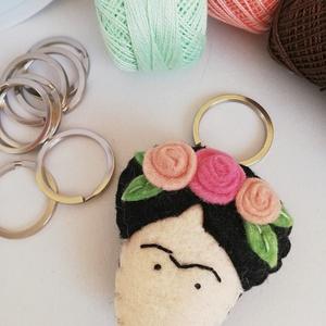 Frida  kulcstartó, Egyéb, Táska, Divat & Szépség, Kulcstartó, táskadísz, Hímzés, Varrás, Gyapjúfilc anyagból készült általában 5-6 cm nagyságú kulcstartó, kézzel varrva, hímzéssel, virágokk..., Meska