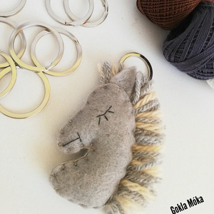 Ló kulcstartó, Egyéb, Táska, Divat & Szépség, Kulcstartó, táskadísz, Hímzés, Varrás, Gyapjúfilc anyagból készült általában 5-7 cm nagyságú kulcstartó, kézzel varrva, hímzéssel  díszítve..., Meska