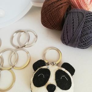 Pandamaci kulcstartó, Egyéb, Táska, Divat & Szépség, Kulcstartó, táskadísz, Hímzés, Varrás, Gyapjúfilc anyagból készült általában 5-6 cm nagyságú kulcstartó, kézzel varrva, hímzéssel  díszítve..., Meska