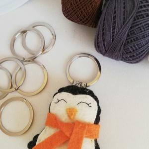 Pingvin kulcstartó, Táska & Tok, Kulcstartó & Táskadísz, Kulcstartó, , Gyapjúfilc anyagból készült általában 5-7 cm nagyságú kulcstartó, kézzel varrva, hímzéssel  díszítve..., Meska