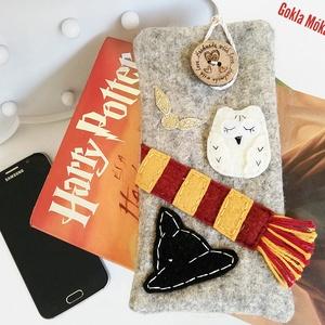 Harry Potteres gyapjúfilc telefontok, Táska & Tok, Pénztárca & Más tok, Telefontok, Varrás, Gyapjúfilcből készült,belül pamutvászonnal bélelt, HP motívumokkal, filcrátéttel díszített gombbal z..., Meska