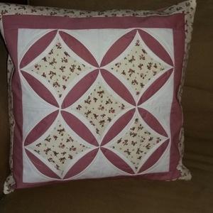 Virágos patchwork díszpárna, Párna & Párnahuzat, Lakástextil, Otthon & Lakás, Patchwork, foltvarrás, Katedrál ablakos patchwork díszpárna, mérete 50 * 50 cm. Mályva színű alapon apró virágok díszítik a..., Meska