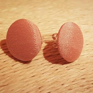Rózsaszín textil gombfülbevaló, Pötty fülbevaló, Fülbevaló, Ékszer, Ékszerkészítés, Textil borítású rózsaszín gombokból készítettem a képen látható fülbevalót, melyhez ezüst színű fülb..., Meska