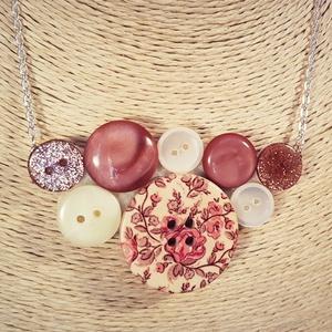 Virágos gombnyaklánc, Statement nyaklánc, Nyaklánc, Ékszer, Ékszerkészítés, Nagy méretű fa virágmintás gomb és különböző műanyag gombokból alkottam meg a képen látható nyaklánc..., Meska
