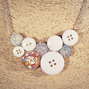 Fehér köves gombnyaklánc, Statement nyaklánc, Nyaklánc, Ékszer, Ékszerkészítés, Különleges rózsaszínes apró köveket tartalmazó gyanta gomb, fehér és színesen csillogó műanyag gombo..., Meska