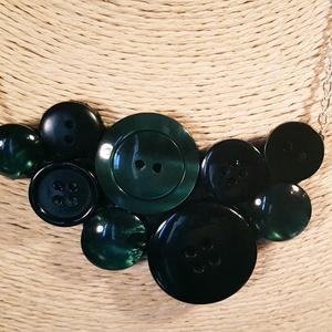 Sötétzöld gombnyaklánc, Statement nyaklánc, Nyaklánc, Ékszer, Ékszerkészítés, Sötétzöld és fekete műanyag gombok kombinációjából jött létre a képeken látható nyaklánc.\n\nA medál s..., Meska