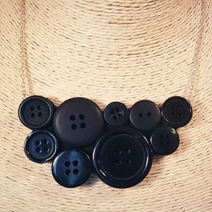 Fekete gombnyaklánc, Ékszer, Nyaklánc, Ékszerkészítés, Különböző fényes és matt fekete műanyag gombok felhasználásával született meg a képen látható nyaklá..., Meska