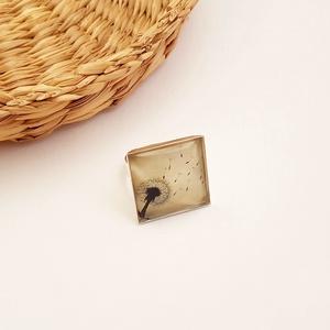 Pitypangos négyzetes gyűrű, Üveglencsés gyűrű, Gyűrű, Ékszer, Ékszerkészítés, A pitypang nálam a gyerekkor egyik jelképe. Vidám, békés, szép. :)\nA lencse mérete 20x20 mm.\nA minta..., Meska