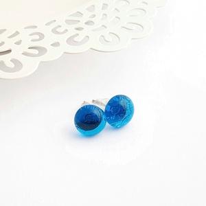 Áttetsző kék üveg pötty fülbevaló, Ékszer, Fülbevaló, Pötty fülbevaló, Ékszerkészítés, Üvegművészet, Olvasztásos technikával készült áttetsző kék üveg pötty fülbevaló.\nAz üveg pötty átmérője ~9 mm.\nA f..., Meska