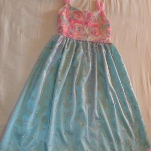 koszorús lány ruha, Táska, Divat & Szépség, Gyerekruha, Ruha, divat, Gyerek & játék, Kamasz (10-14 év), Varrás, 128-134-es méretben varrtam ezt a ruhát.A felső része ,szivárvány színekből álló tüllrózsás elasztik..., Meska