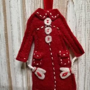 Piros filckabát dísz, Otthon & Lakás, Dekoráció, Hímzés, Varrás, Gyapjúfilcből készült. 8cm., Meska