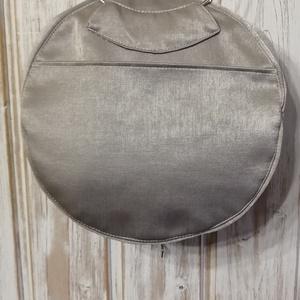 Fényes körtáska, Táska & Tok, Kézitáska & válltáska, Kézitáska, Varrás, Ezüstös hatású bútorszövetből készült kör alakú kis kézi táska. 24cm átmérőjű. Pöttyös pamutvászon a..., Meska