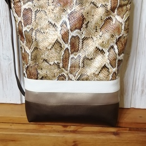 Kígyó mintás bronz táska, Táska & Tok, Kézitáska & válltáska, Vállon átvethető táska, Varrás, Textilbőrből készült válltáska. Húzózáras. Pántja állítható. Bélése pamutvászon. 2 belső zsebe van. ..., Meska
