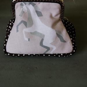 Lovas buksza, Táska & Tok, Varrás, Pamutvászonból készült buksza. Vatelinnel vászonnal béleltem. 7*8cm., Meska