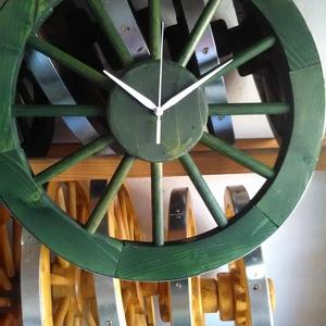 Szekér kerék ÓRA átmérő 40 cm , Otthon & lakás, Dekoráció, Képzőművészet, Egyedi készítésű kerékből. Anyaga fenyő. Szín erdei fenyő, tölgy, zöld. Külső átmérő 40 cm ..., Meska