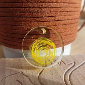 Sárga örvény medál, Ékszer, Medál, Ékszerkészítés, Örvénylő sárga színezőpasztával díszített víztiszta, UV- és sárgulásálló epoxigyanta ékszer.\nA kör a..., Meska