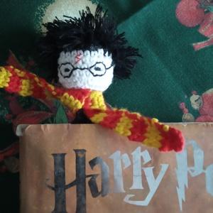 Harry Potter - horgolt könyvjelző, Otthon & Lakás, Papír írószer, Könyvjelző, Horgolás, Horgolt könyvjelző Harry Potter  figurája alapján. 100% pamut fonalból készítettem.\n\nMérete: 16 cm, ..., Meska