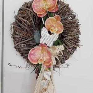 Orhidea ajtódísz , Otthon & lakás, Dekoráció, Dísz, Lakberendezés, Ajtódísz, kopogtató, Koszorú, Decoupage, transzfer és szalvétatechnika, Az ajtódísz szőlővessző alapja 30cátmérőjű. Közepét gumi lepkeorhieák díszítik és egy régi könyvlapp..., Meska