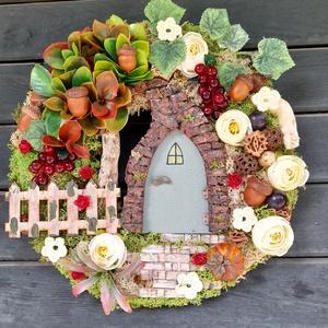 """Kis kertem - Őszies jellegű ajtódísz , Otthon & lakás, Dekoráció, Lakberendezés, Ajtódísz, kopogtató, Koszorú, Horgolás, Újrahasznosított alapanyagból készült termékek, Az ajtódísz 30cm-es sík alapra készült. A dísz közepén  látható  16 cm-es manóajtó szélét  \""""téglával..., Meska"""