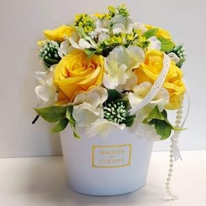 Sárgarózsa-Virágbox, Otthon & Lakás, Dekoráció, Asztaldísz, Virágkötés, A virágbox mérete 14×23 cm virágokkal együtt. Élethű selyemrózsából, hortenziából, korallvirágból, g..., Meska