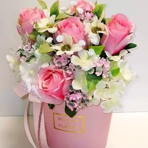 Rózsaszín rózsa-  virágbox, Otthon & Lakás, Dekoráció, Asztaldísz, Virágkötés, A virágbox mérete 14×23 cm virágokkal együtt. Élethű rózsaszzínű selyemrózsából, fehér hortenziából,..., Meska