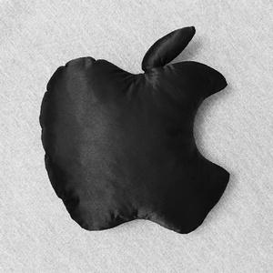 Apple logó formájú mini díszpárna fekete selyemből 19x19 cm, Férfiaknak, Otthon & lakás, Dekoráció, Dísz, Lakberendezés, Varrás, Egyedi tervezésű Apple logó formájú díszpárna.\nSaját kreációs handmade termék, nagy gondossággal kés..., Meska