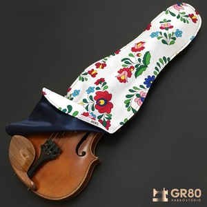 Hegedűtakaró 4/4-es és 3/4-es hegedűhöz, fehér alapon kalocsai mintás pamut + selyem kombinációs védőtakaró, Művészet, Hangszer & Hangszertok, Varrás, Ezt a professzionális védőtakarót a hegedű megóvására alkottam meg és kézzel készítettem prémium min..., Meska