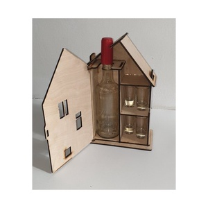 Házikó alakú italos doboz, Esküvő, Emlék & Ajándék, Szülőköszöntő ajándék, Gravírozás, pirográfia, A házikóhoz jár egy fél literes pálinkás üveg dugóval és 4 darab stampedlis pohár.\n, Meska